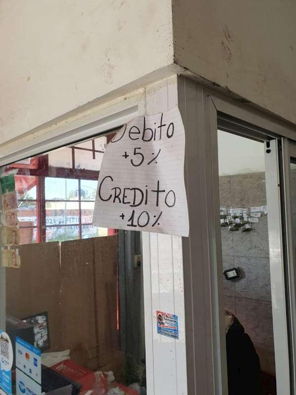 Sancionan a comercios que cobran recargos en pagos con tarjetas