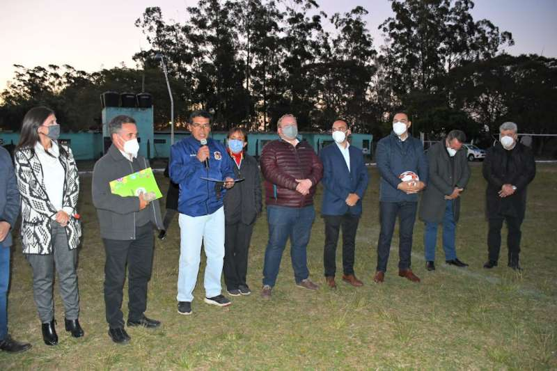 El Gobernador cerrando la extensa jornada, encabezó la inauguración de la iluminación del Club Venezuela de la localidad de Ituzaingó.