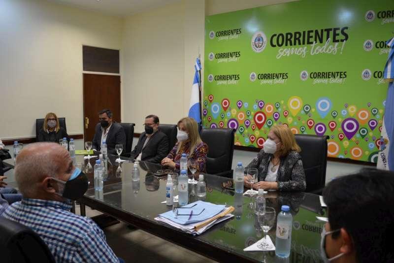 Reunión entre autoridades educativas y gremios docentes para tratar la presencialidad plena en las aulas